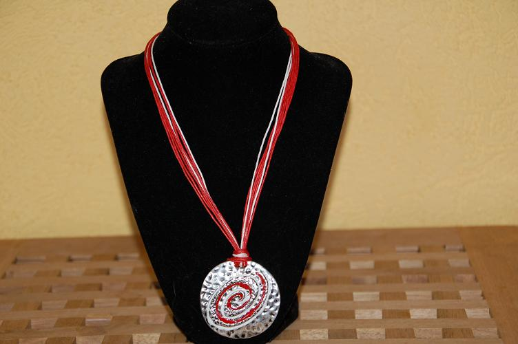 H39 Mooie ketting rood/wit medaillon